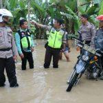 Di Tengah Banjir Air Hujan Kapolres dan Dandim Kompak Salurkan Bantuan Sembako