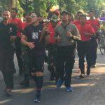 Kapolres Sambil Berlari Bawa Api Abadi Kahyangan Api ke Pendopo Pemkab Bojonegoro