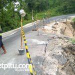 Temayang - Nganjuk tepatnya di Desa Kedungsumber Kecamatan Temayang Kabupaten Bojonegoro rusak parah. Aspalnya juga retak dan tebing disisi jalan tiap hari longsornya bertambah.