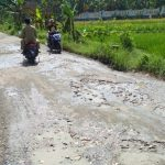 Jalan Poros Kecamatan Ngasem – Ngambon Rusak Parah