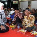 Safari Ramadhan Khofifah Sahur Bareng Tukang Becak dan Pasukan Kuning